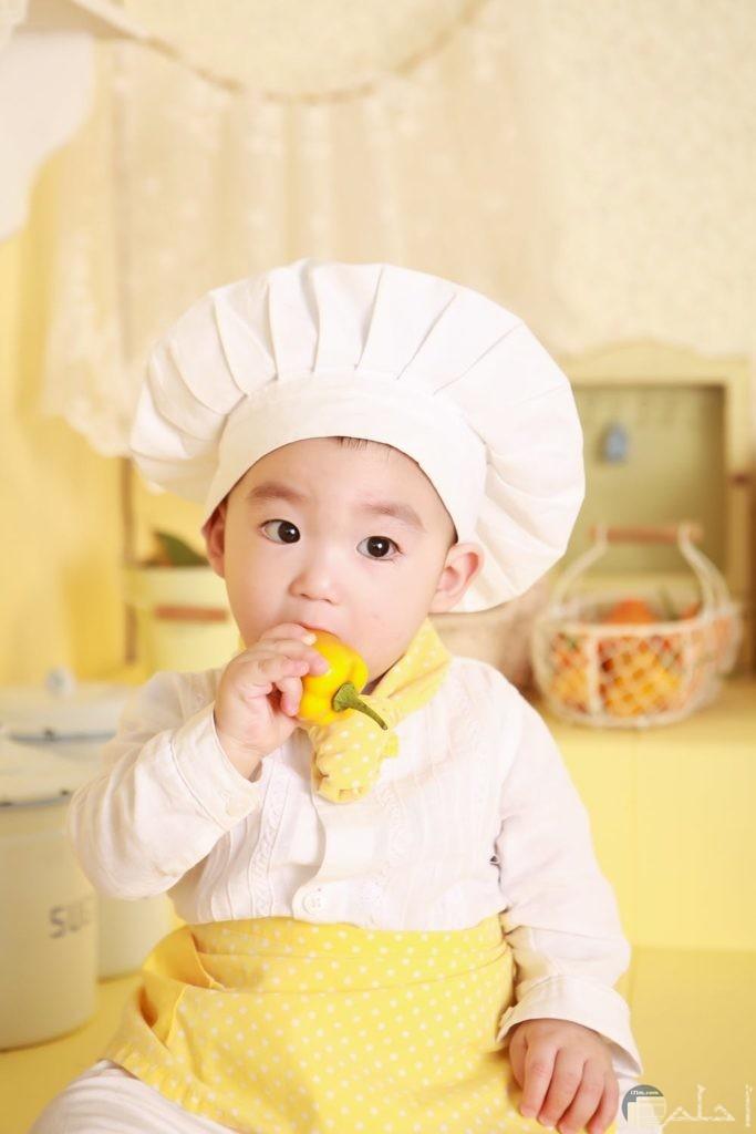 دلع الطفل ولبس الطباخ المميز