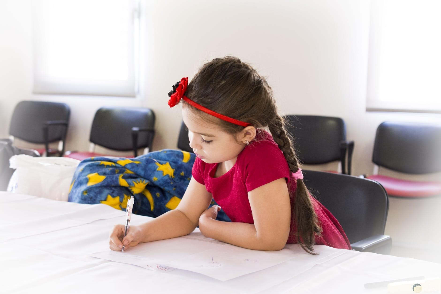 طفلة جميلة تدرس