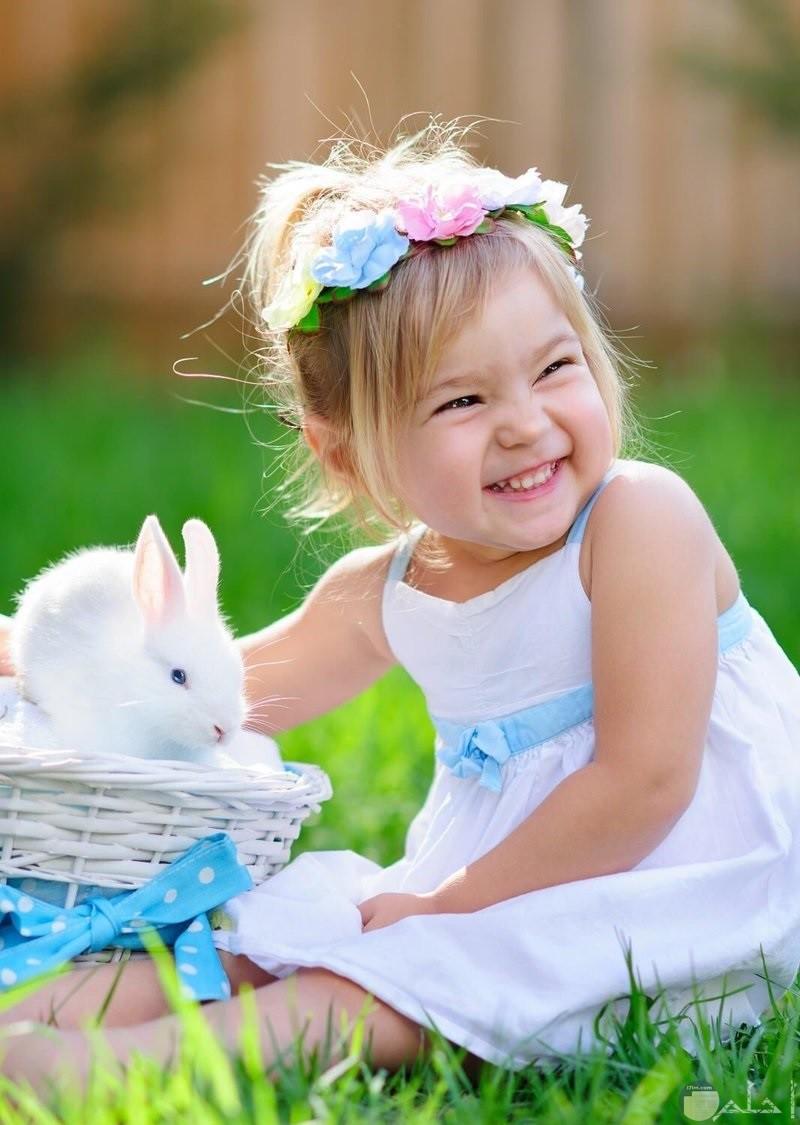 صور بنت صغيرة ترتدى فستان ابيض مطعم بالون لبنى جميل