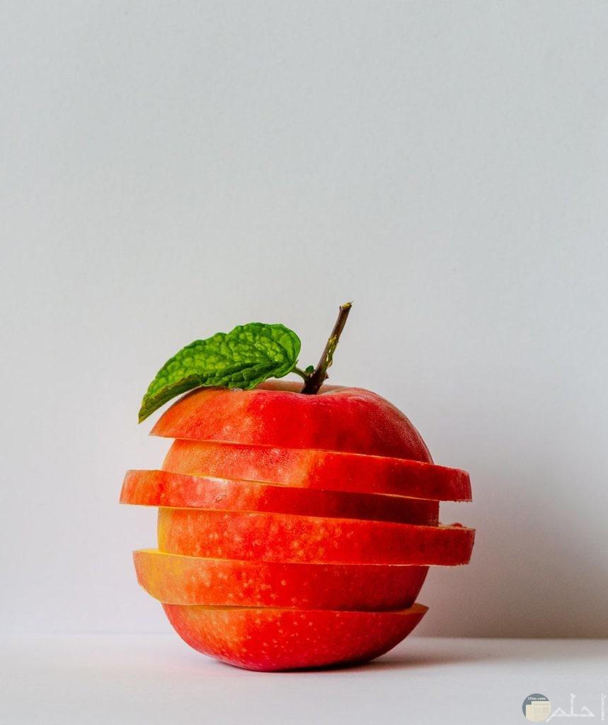 تفاحة حمراء متقسمة إلى شرائح
