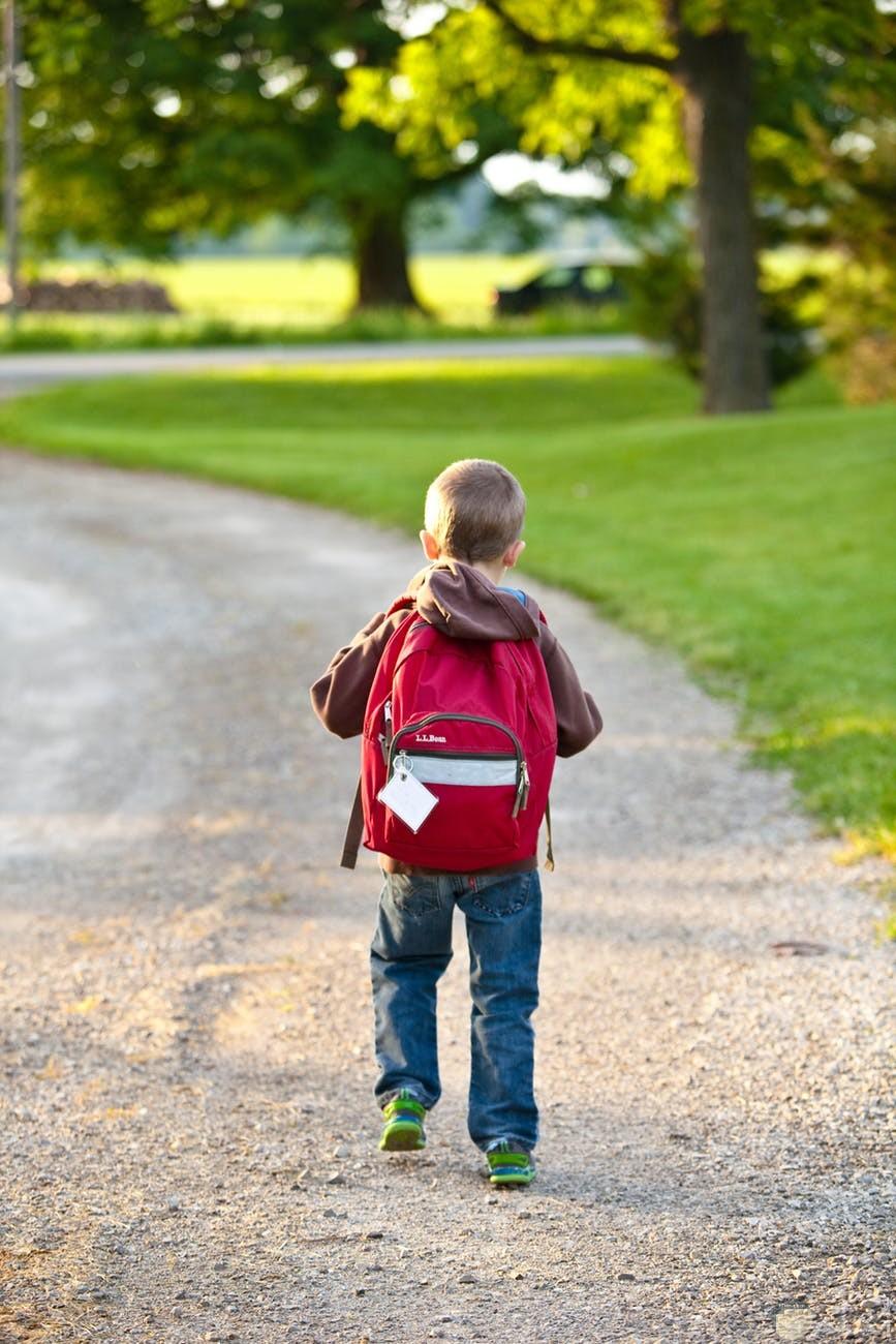 طفل يحمل شنطة المدرسة
