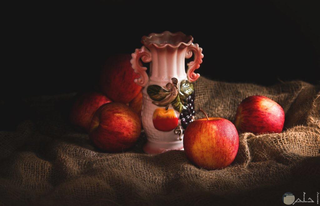 صورة لعدد من التفاح مع فاز زينة