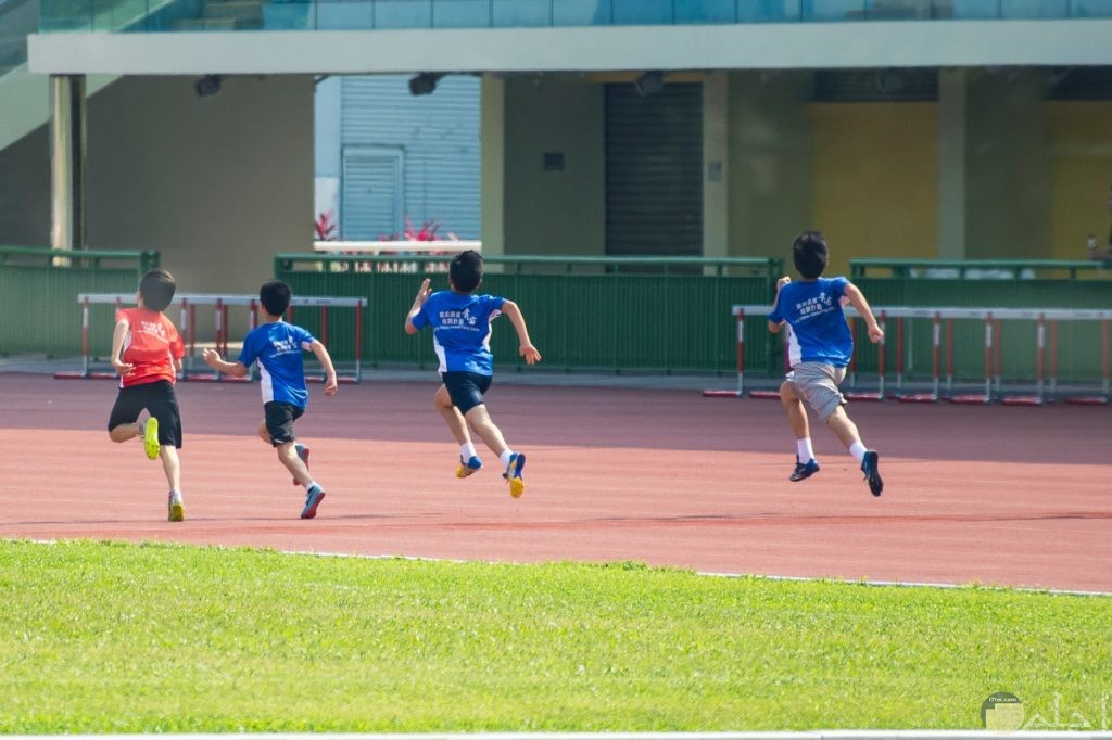 رممارسة الرياضة مع الأصدقاء بالنادي