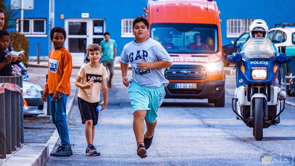 أصدقاء يتسابقون بالجري