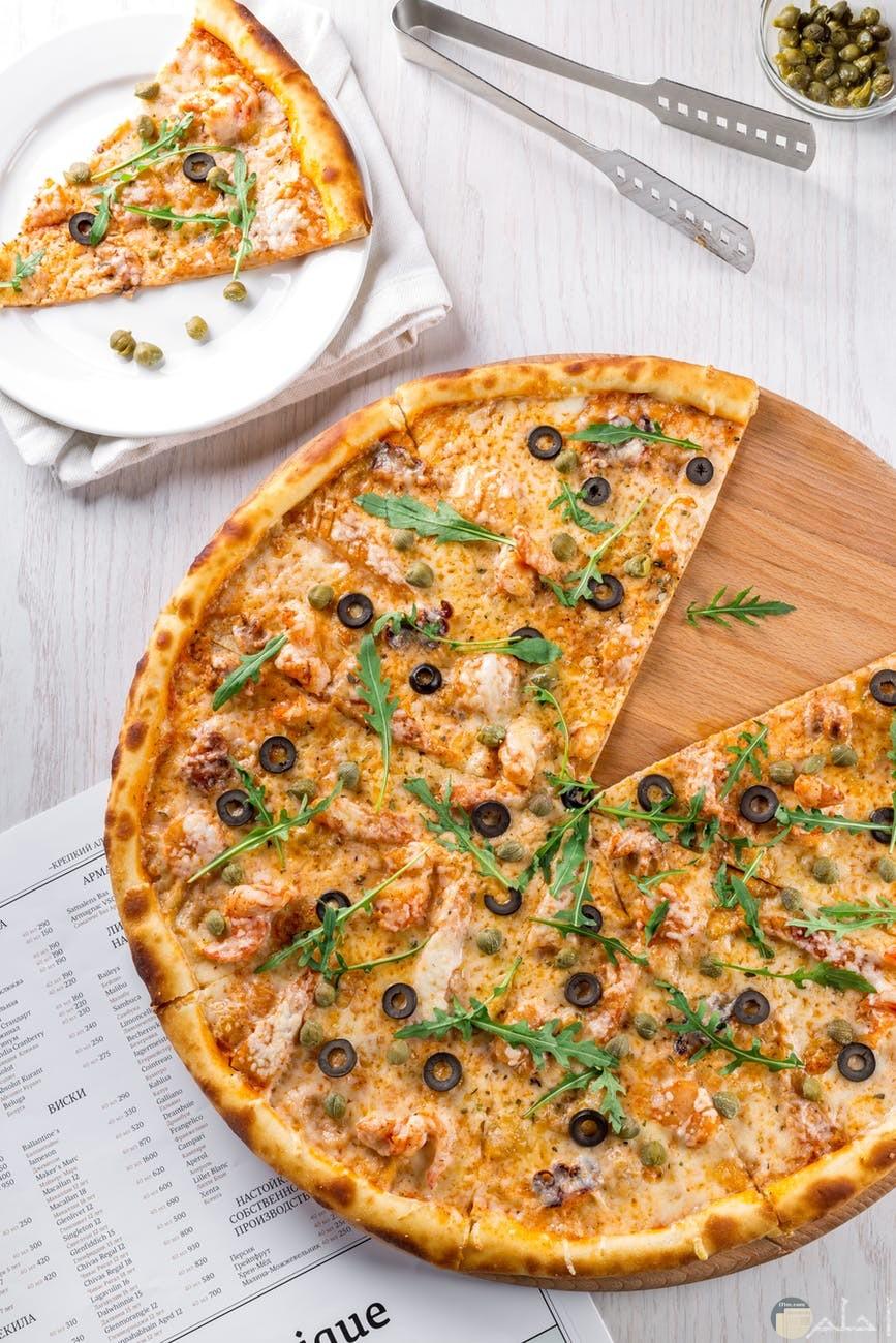 قطعة بيتزا في وجبة الافطار لعشاق البيتزا