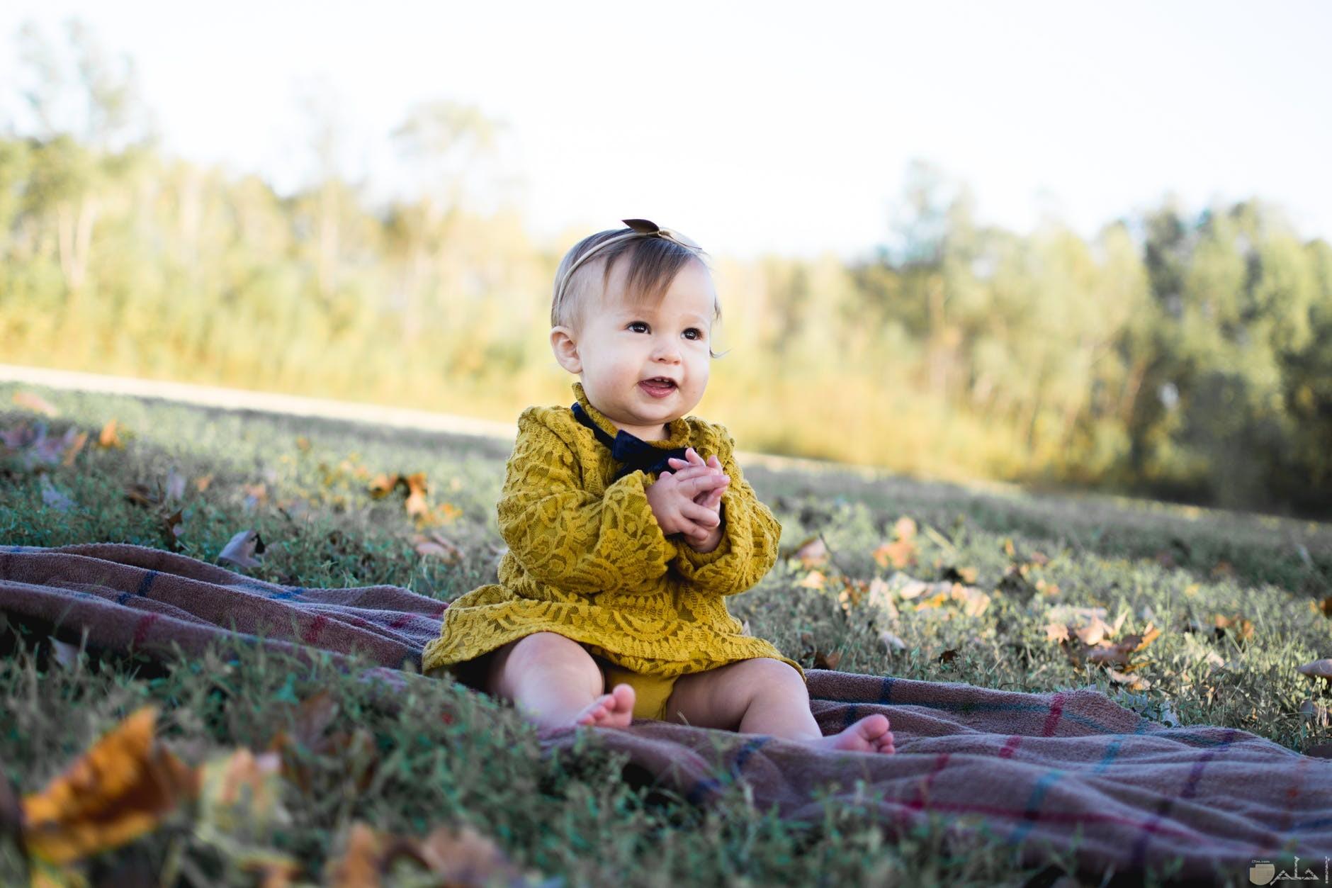 صورة طفلة وسط الطبيعة