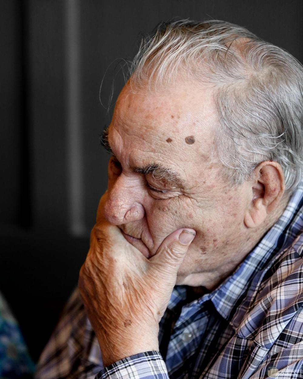 حزن رجل كبير لفقدان زوجته