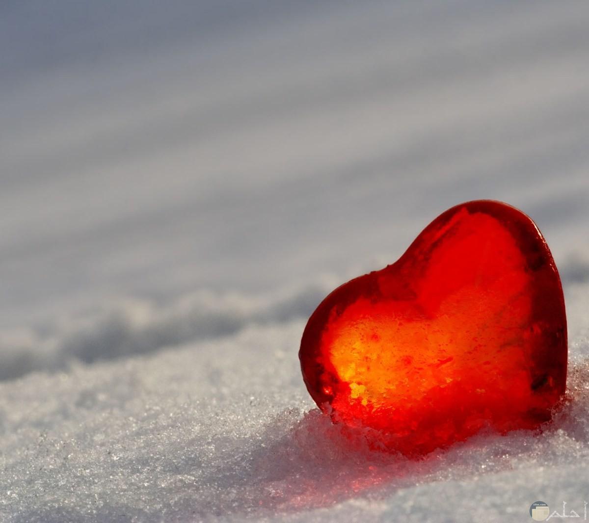 القلب الأحمر مع موج البحر