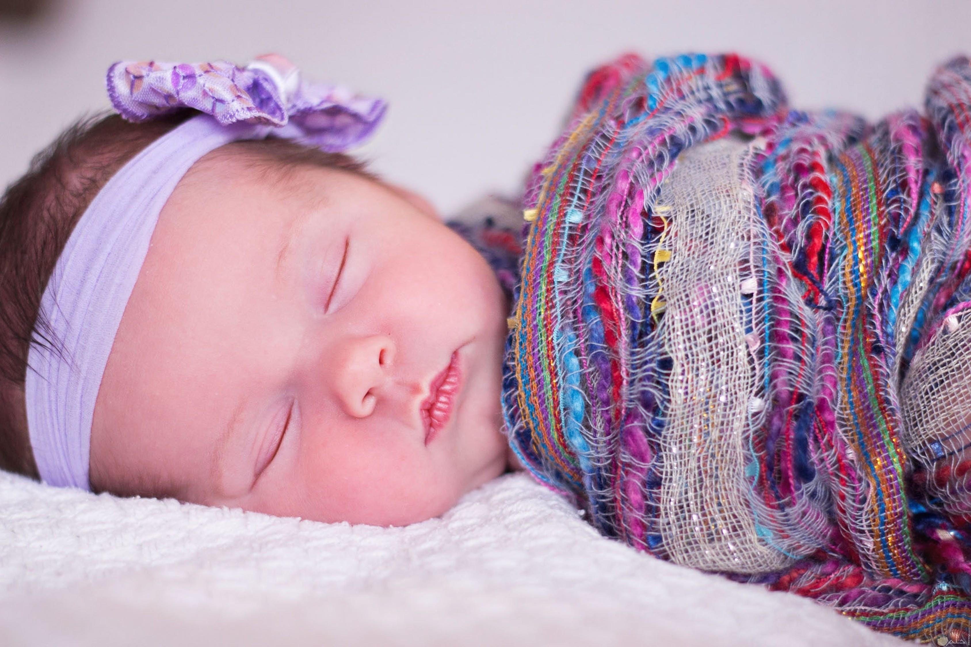 بيبي طفلة نائمة مثل الملائكة