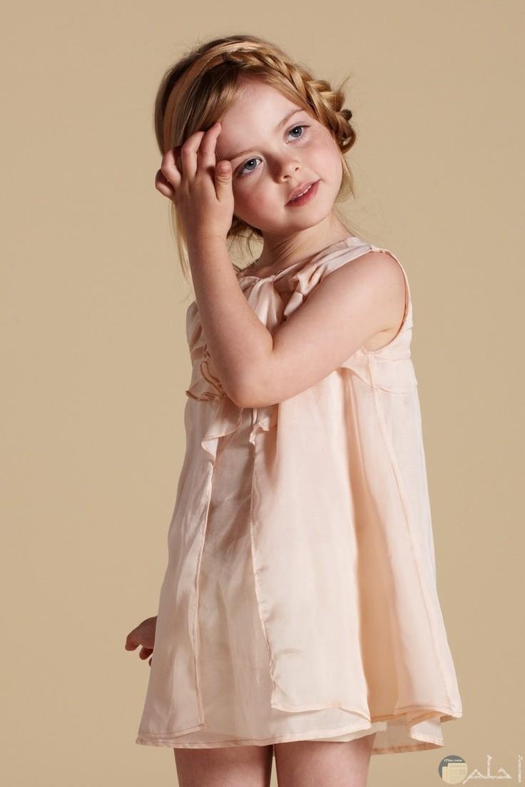 طفلة بفستان رقيق قط