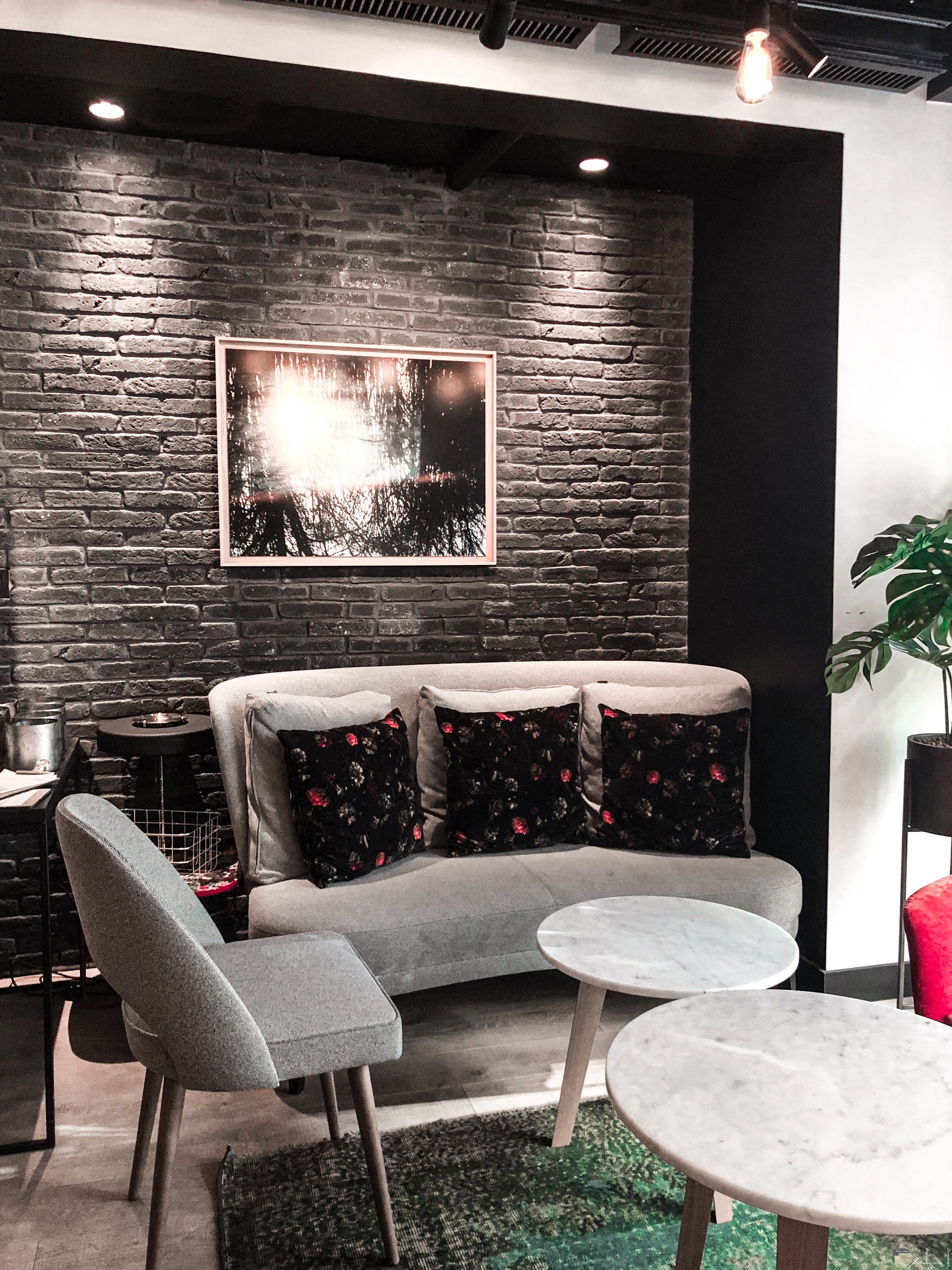 ديكور جميل ومميز باللونين الأسود والرصاصي مع تناسق قطع الأثاث معا من الكنب مع الجدار والطاولة ولوحة الحائط