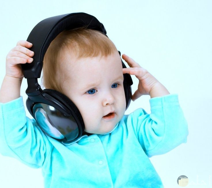 طفل يلبس سماعات صوتية عصرية.