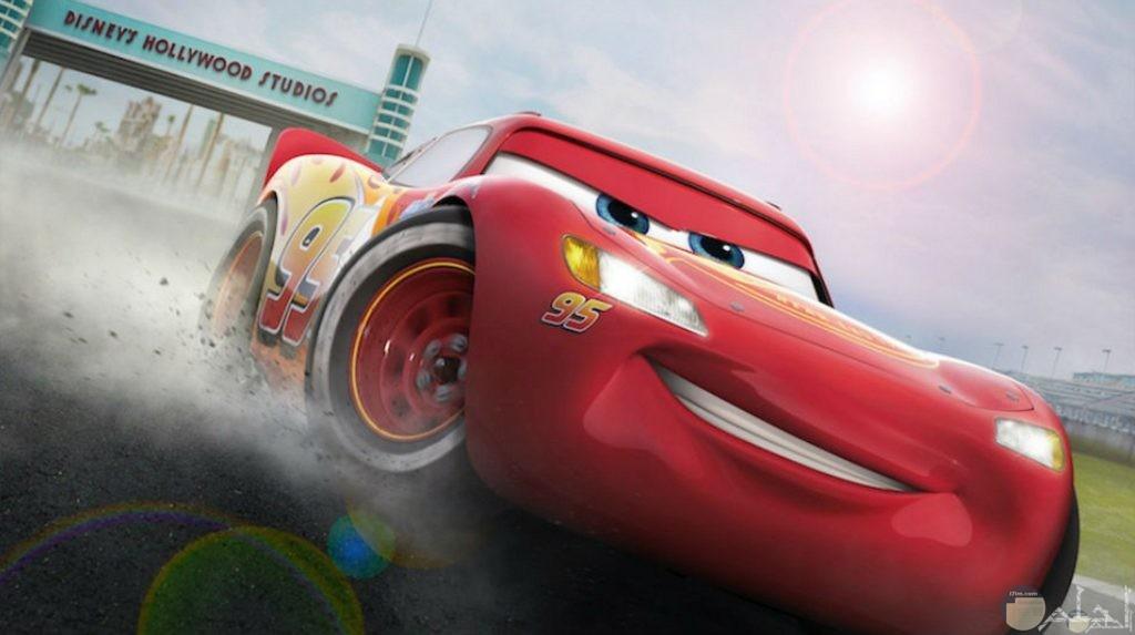 صورة لسيارة جميلة باللون الأحمر للأطفال