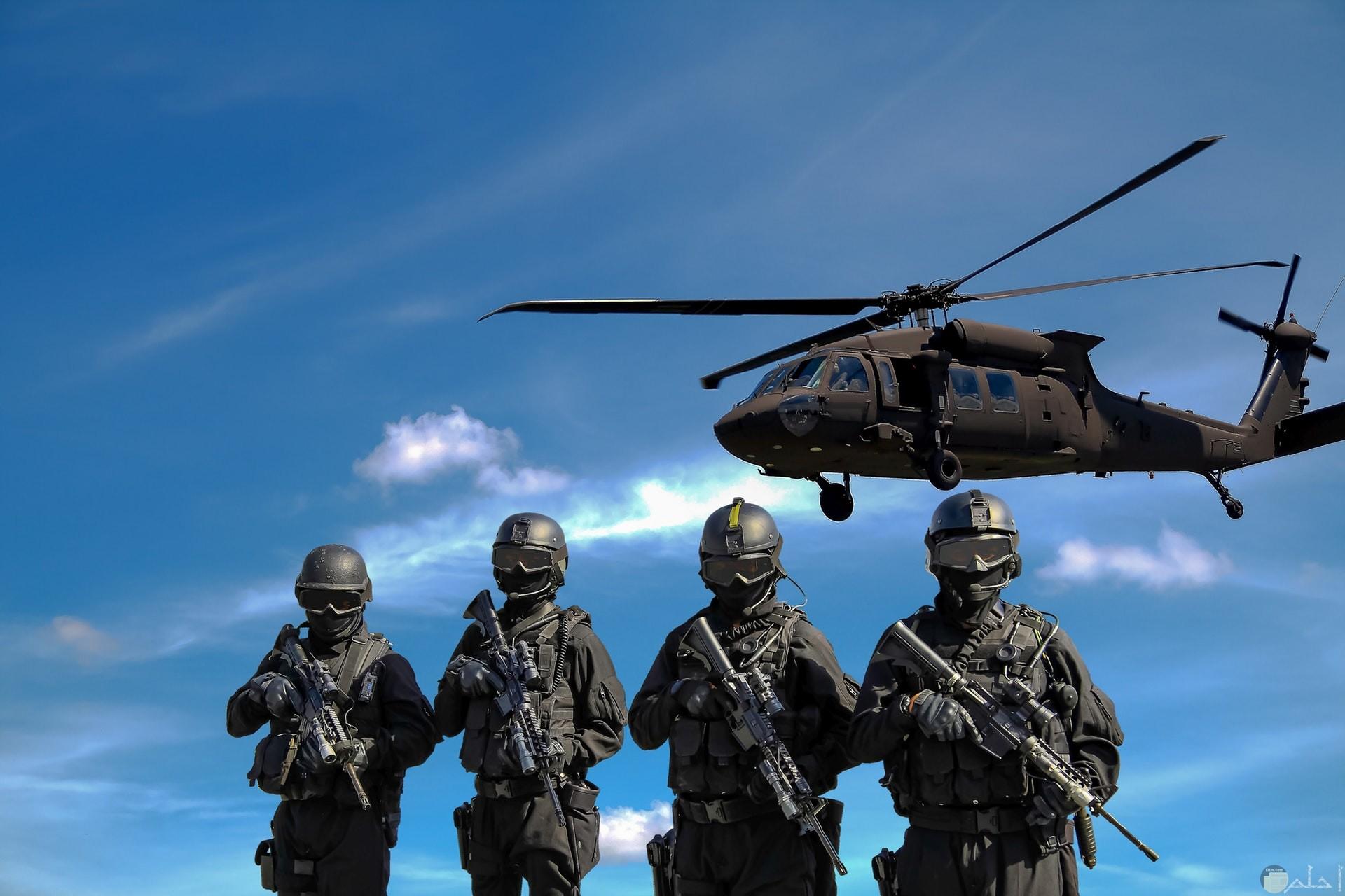 صورة أكشن مميزة لأربع جنود يحملون أسلحة وفوقهم طيارة حربية