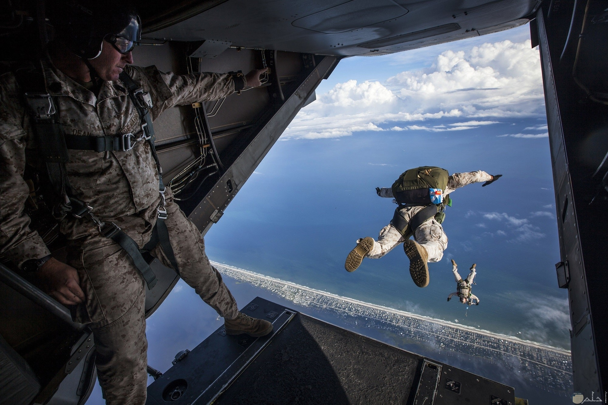 صورة أكشن مميزة لجنود يقفزون من الطائرة في الهواء