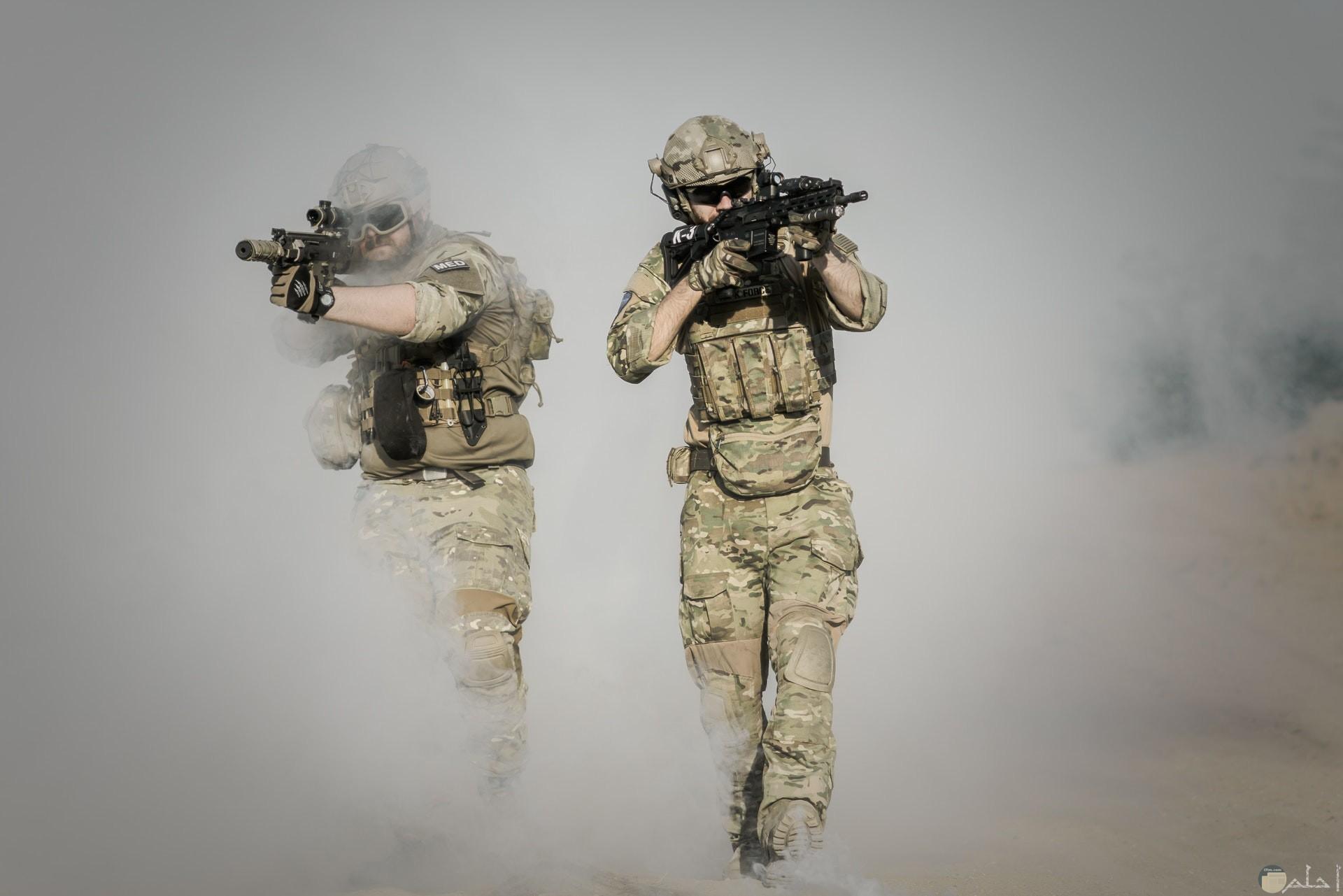 صورة أكشن مميزة لمجندين يحملان سلاح وسط دخان حولهم