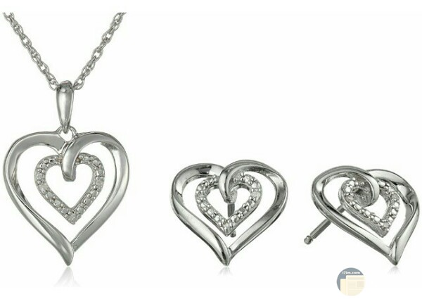 صورة إكسسوارات ألماس جميلة جدا عن سلسلة علي شكل قلب وقرطين للأذن مزينين بالألماس الأبيض