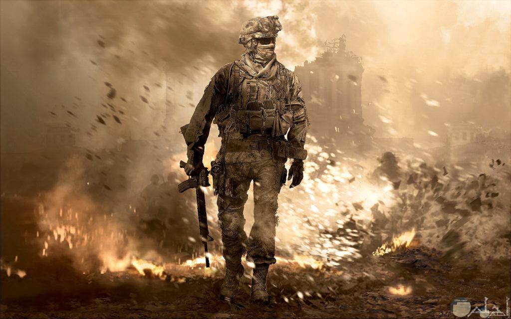 صورة لجندي في حرب وخلفه نار مشتعله
