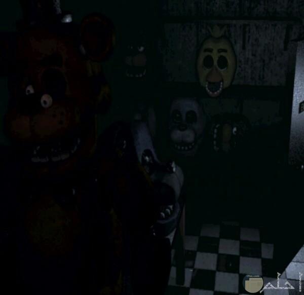 صورة تخوف لمجموعة من الأقنعة المرعبة داخل غرفة مظلمة