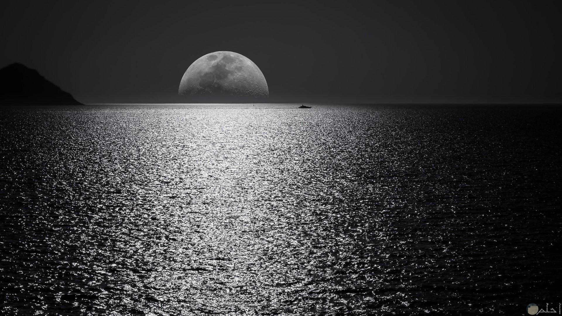 صورة جميلة باللون الأبيض والأسود للقمر والبحر مميزة جدا