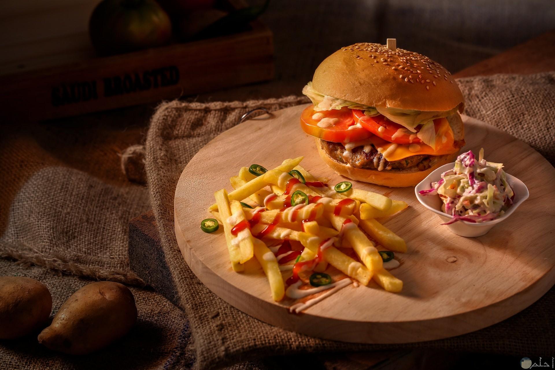 صورة جميلة جدا لبرجر شهي ولذيذ مع بطاطس بالكاتشاب بجانبه