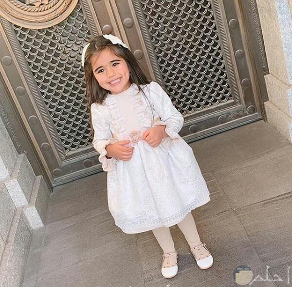 صورة جميلة جدا لبنت صغيرة مرتديه فستان أبيض حلو