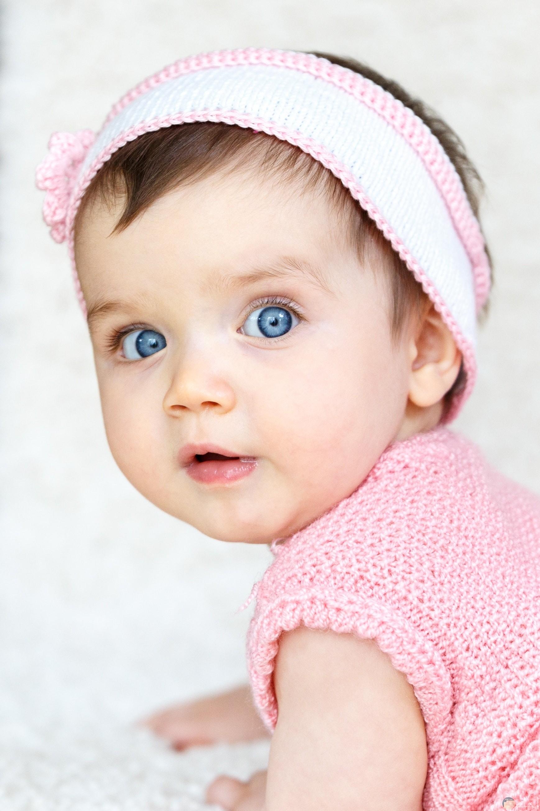 صورة جميلة لطفلة صغيرة كيوت رومانسية ترتدي لبس وردي