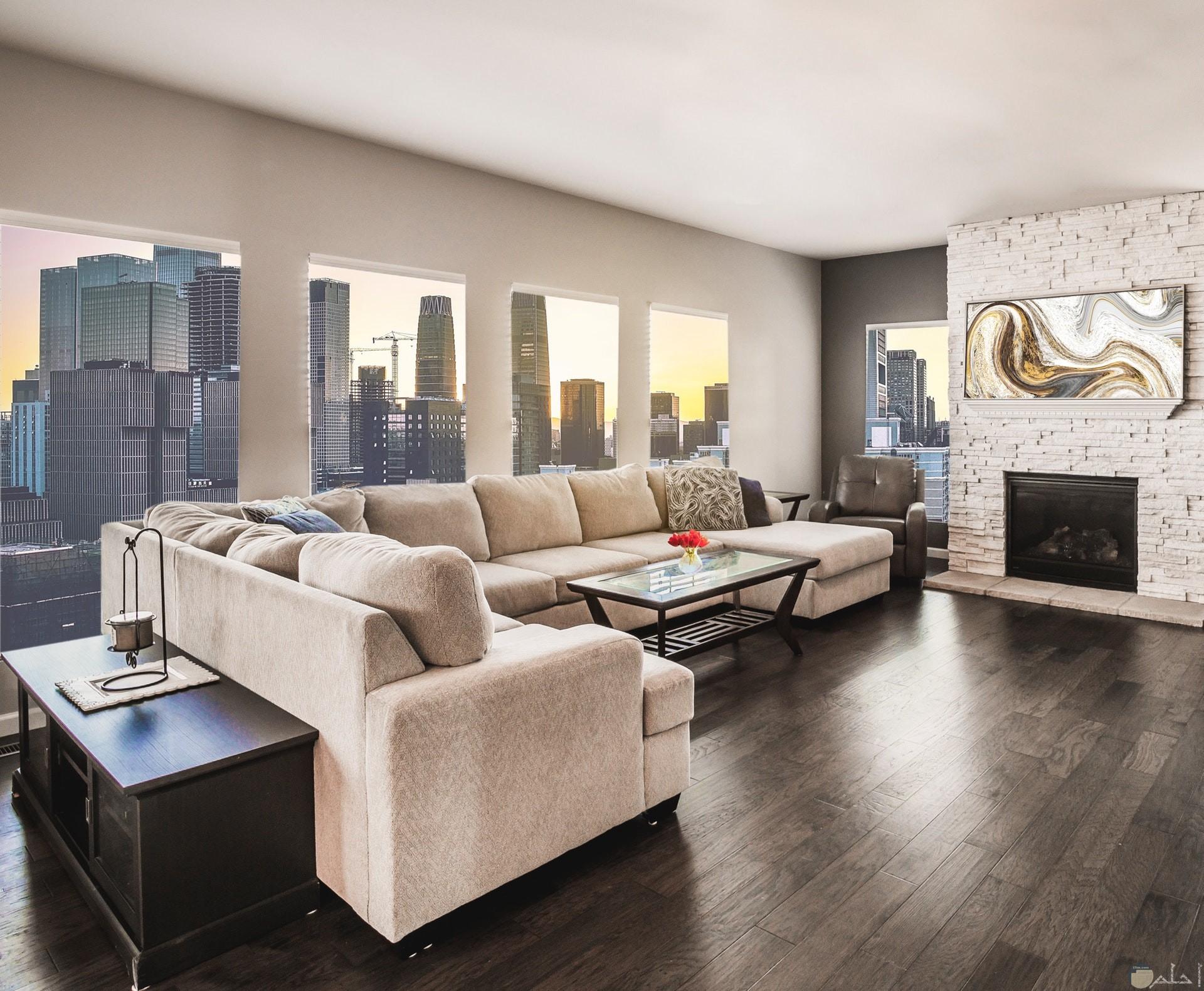 صورة جميلة لغرفة استقبال الضيوف موحدة اللون مع مكان مثالي للكنب ووجود طاولة زجاجية أمامها