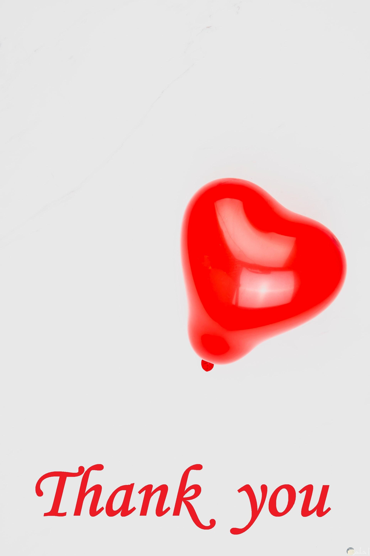 صورة جميلة للتعبير عن الشكر مكتوب شكرا باللون الأحمر بالإنجليزي مع بالون أحمر