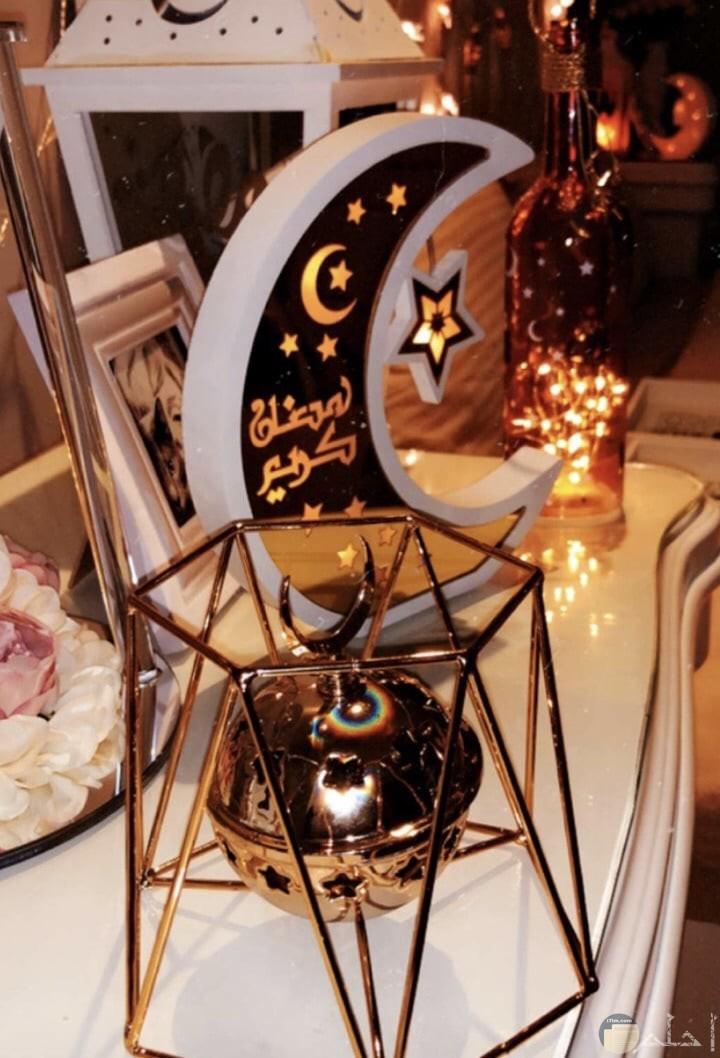 صورة جميلة للتهنئة بشهر رمضان فيه هلال رمضان مكتوب عليه رمضان كريم خلفه فانوس رمضان روعة