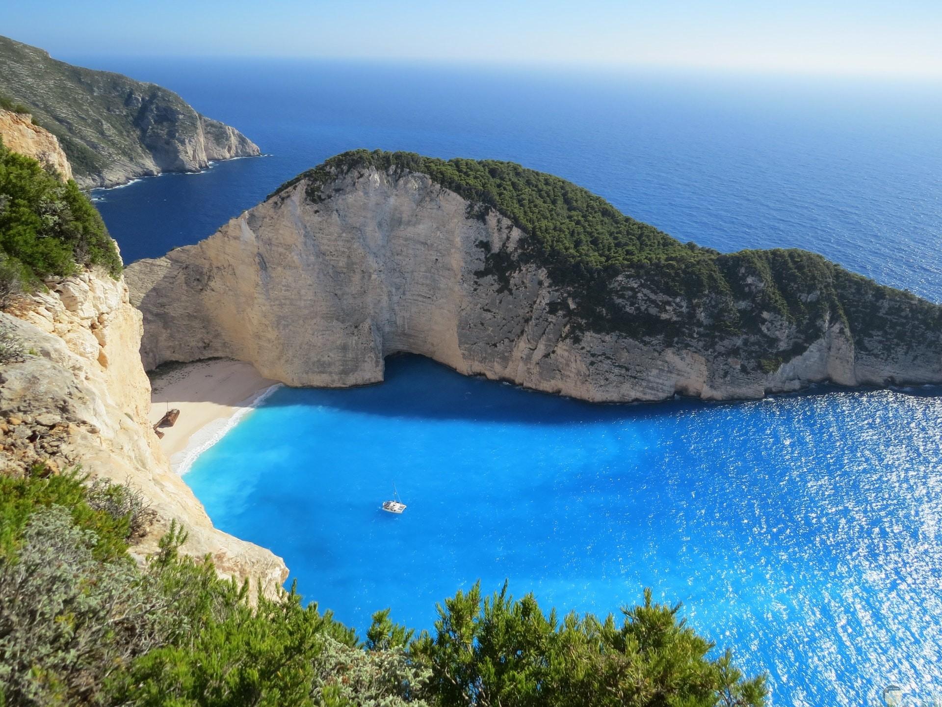 صورة جميلة للبحر الصافي يحاوطة الجبال الساحرة