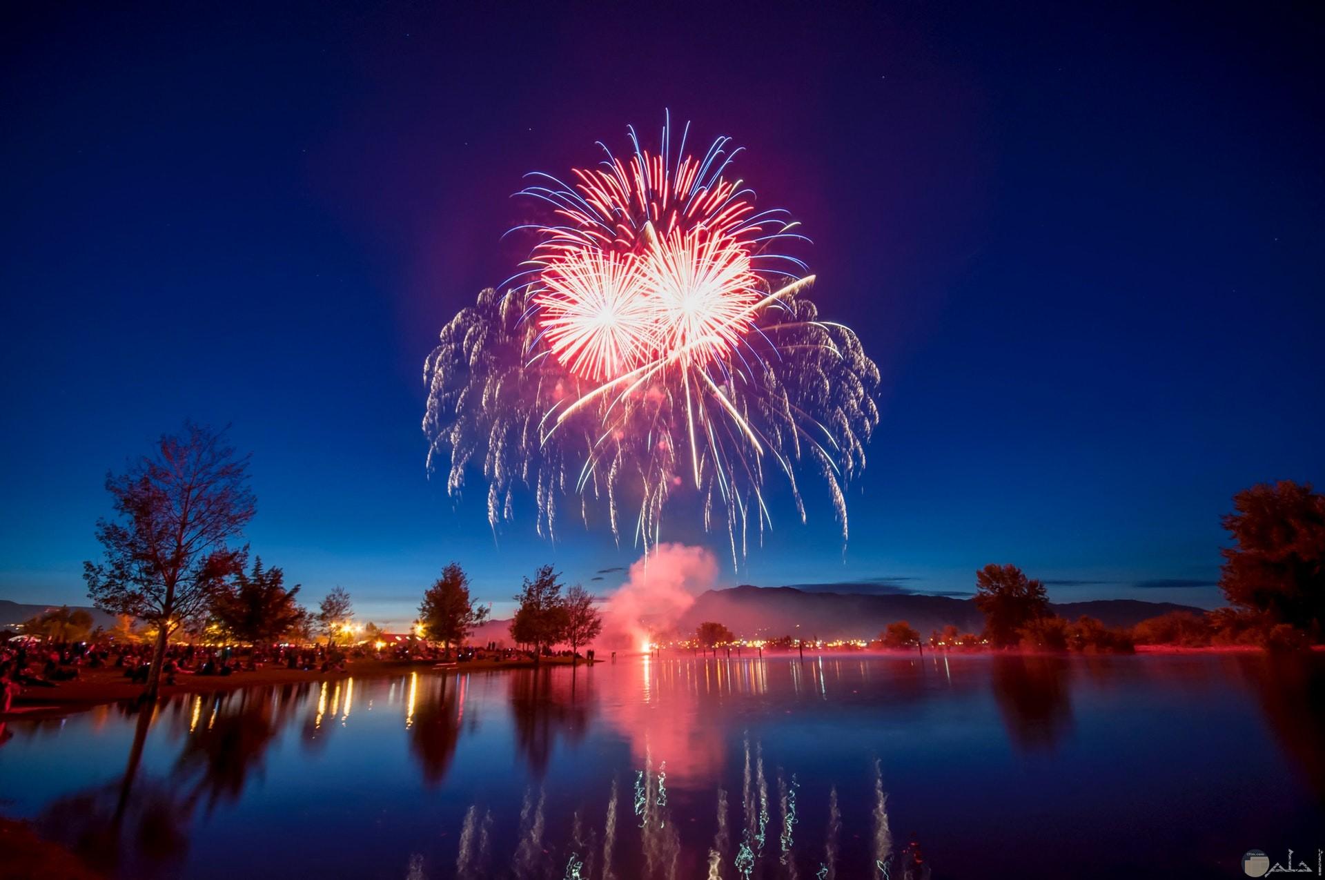 صورة جميلة للمفرقعات والألعاب النارية باللون الأحمر والأبيض والأزرق حلوة جدا في السماء