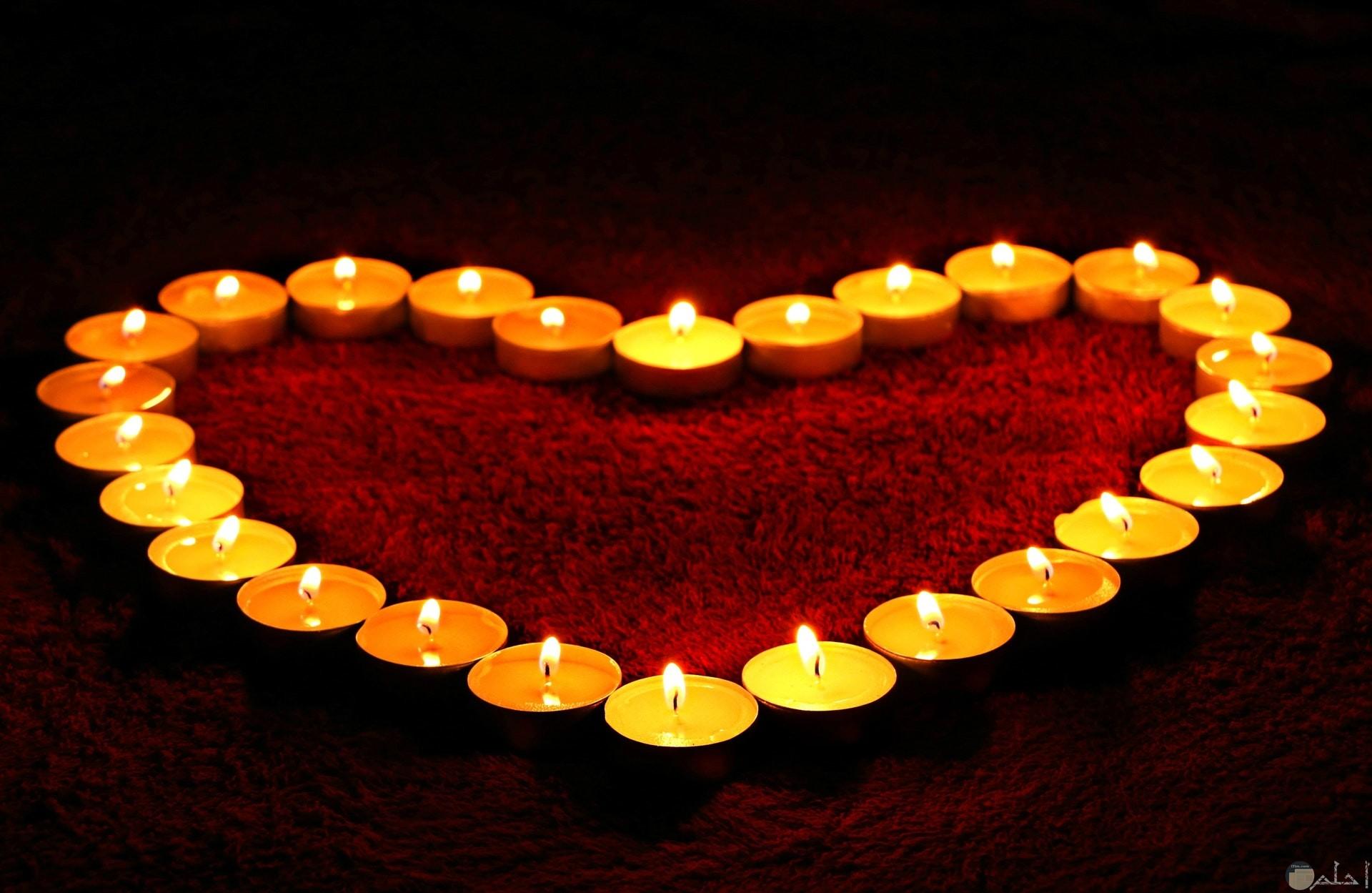 صورة جميلة لمجموعة من الشموع تكون شكل قلب
