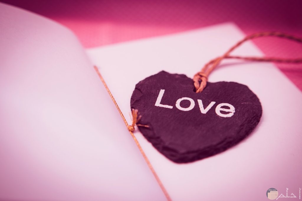 صورة حب رومانسية جميلة وقلب جميل مكتوب فيه أحبك بالإنكليزي