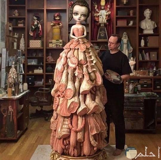 لوحة فتاة حزينة فستانها من اللحوم المصنعة .