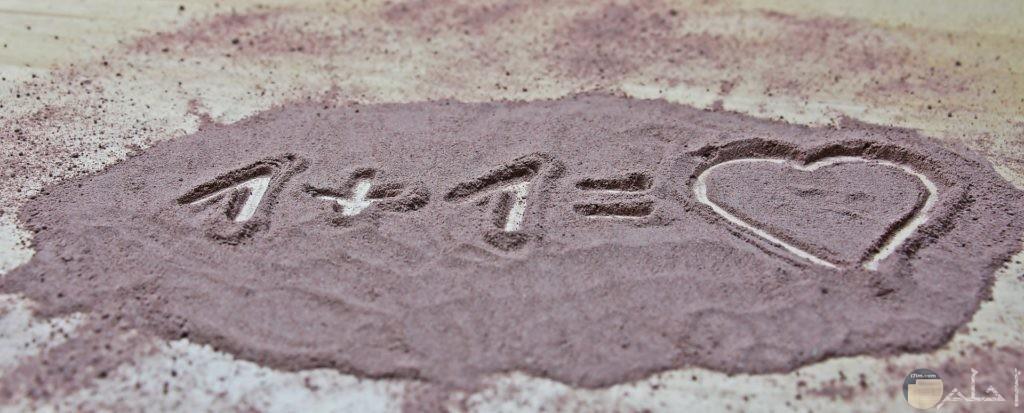 صورة رومانسية جميلة فيها معادلة واحد زائد واحد يساوي قلب