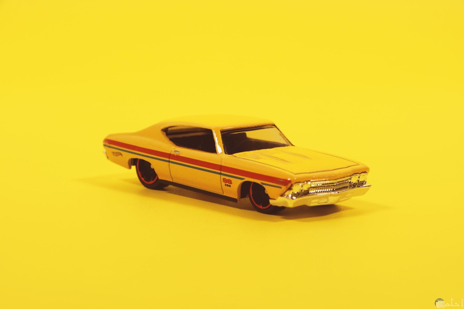 صورة سادة صفراء فاتحة بها سيارة صفراء