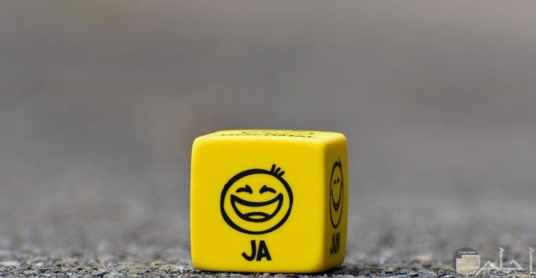 صورة طريفة لمكعب أصفر مرسوم عليه وجوه مضحكة