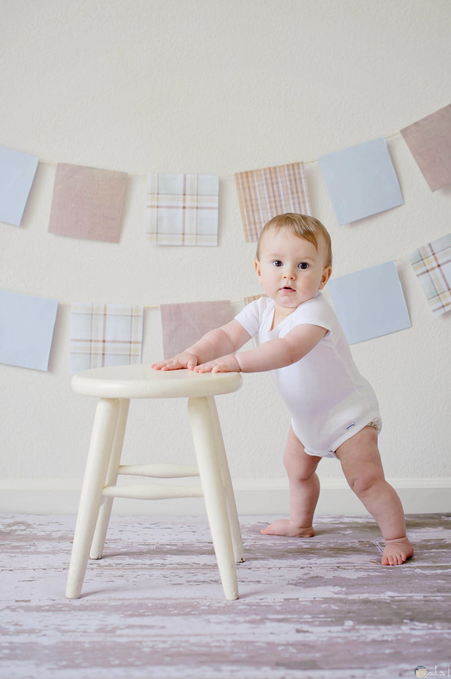 صورة طفل بيبي بتعلم الوقوف