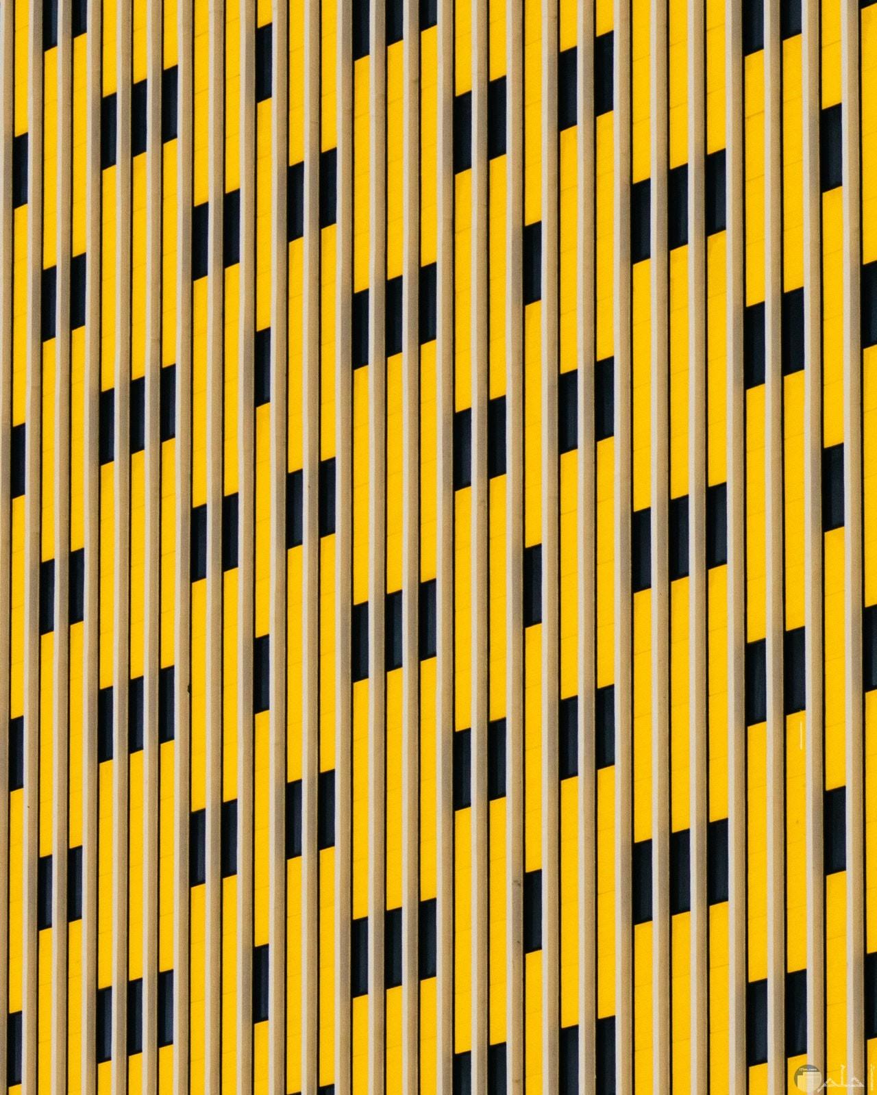 صورة عجيبة لتصميم أحد المباني وواجهته باللون الأصفر والنوافذ بالأسود
