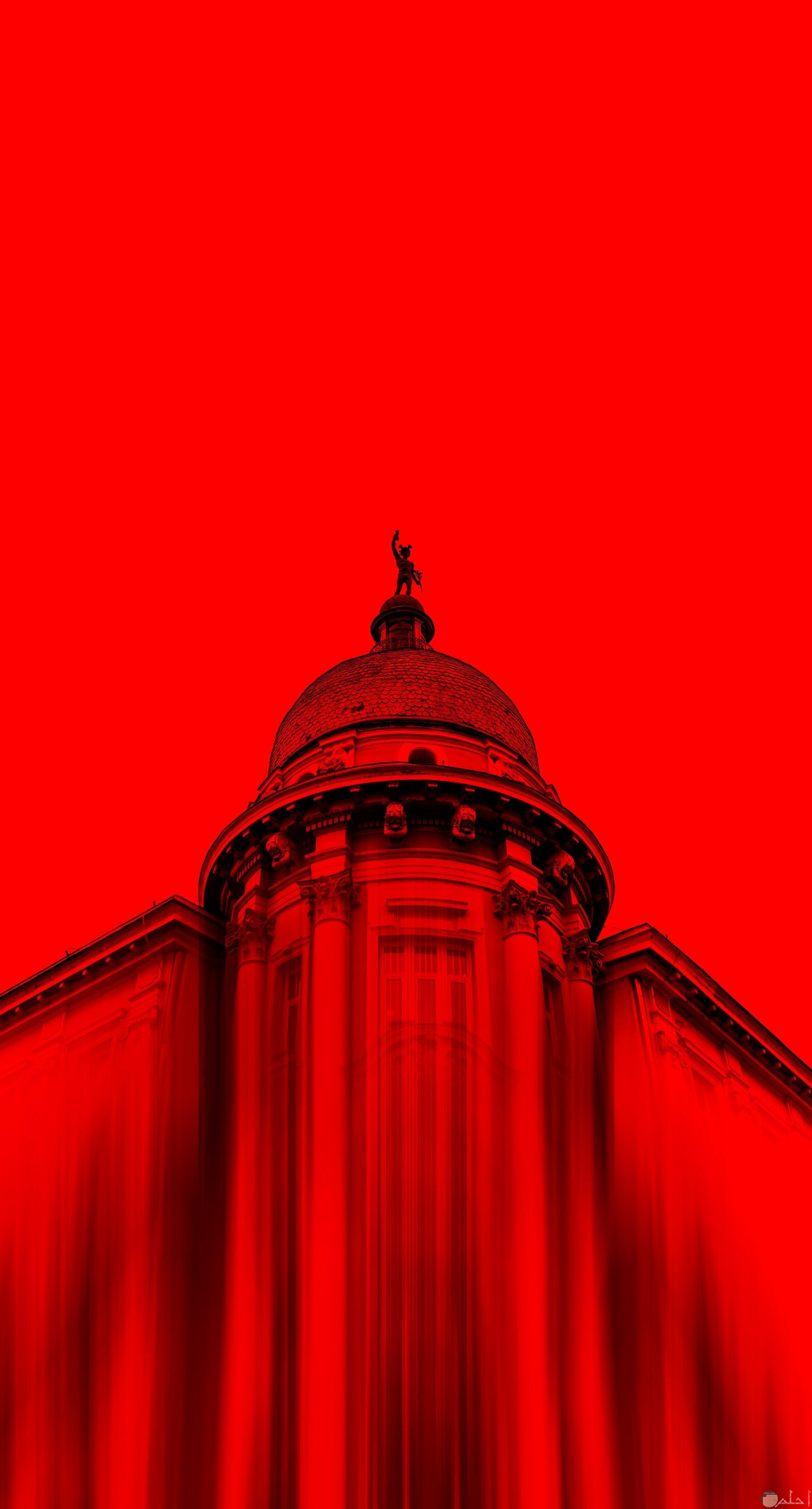 صورة غريبة جدا باللون الأحمر لمبني وجزء منه كأنه ممسوح