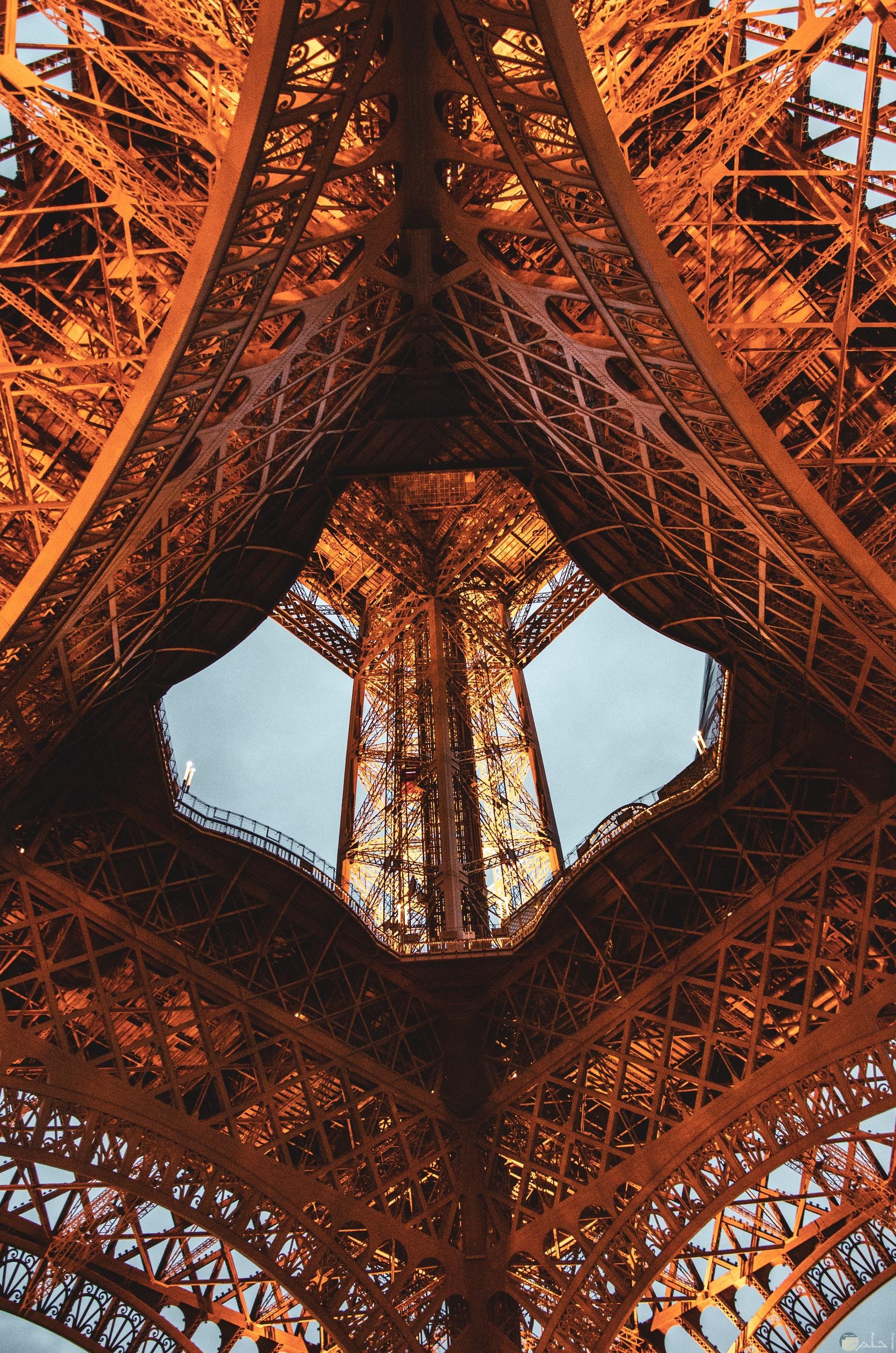صورة غريبة جدا لبرج حديدي وفي وسطه فتحة تؤدي للأعلي