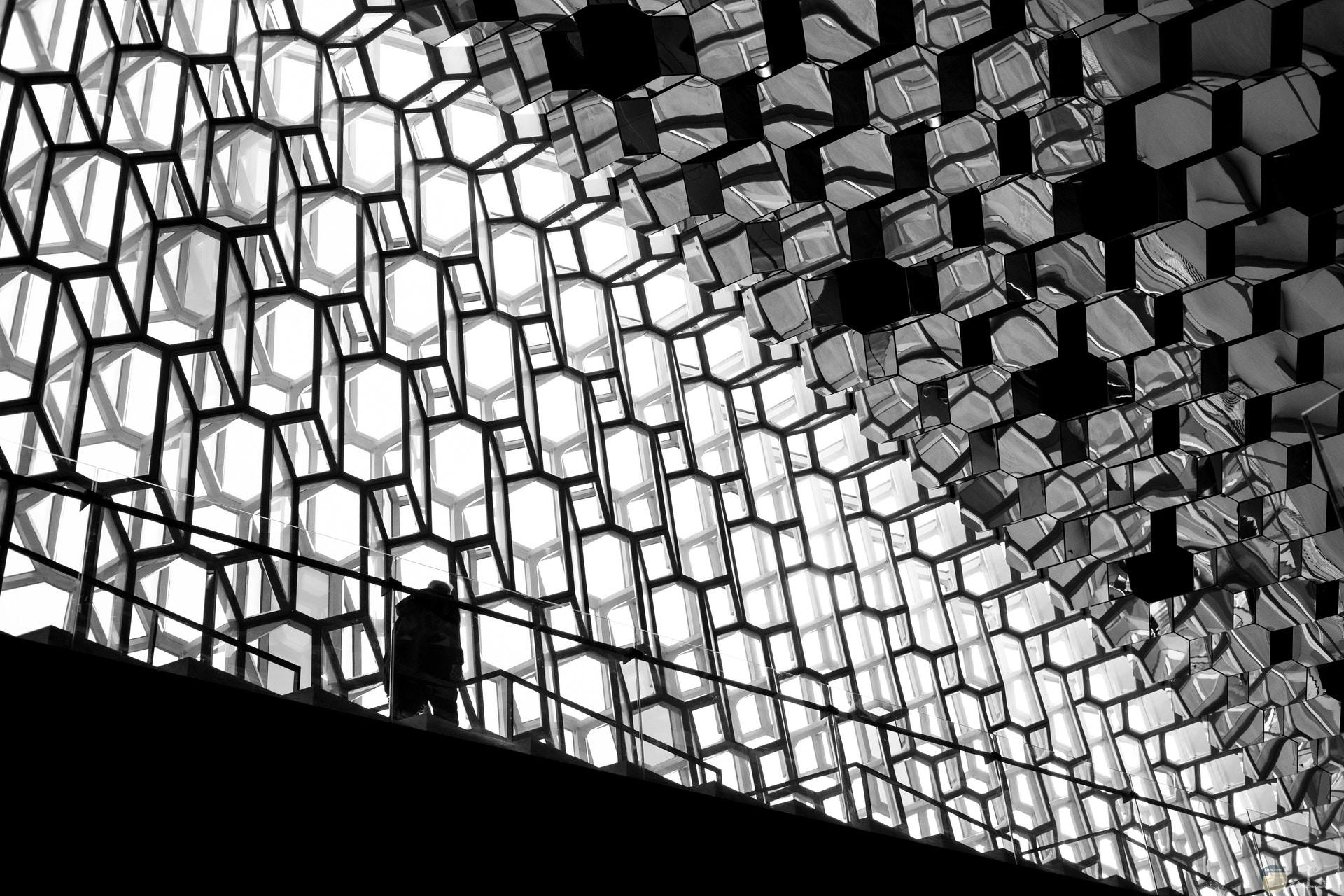 صورة غريبة جدا لتصميم مبني ورجل واقف علي الدرج