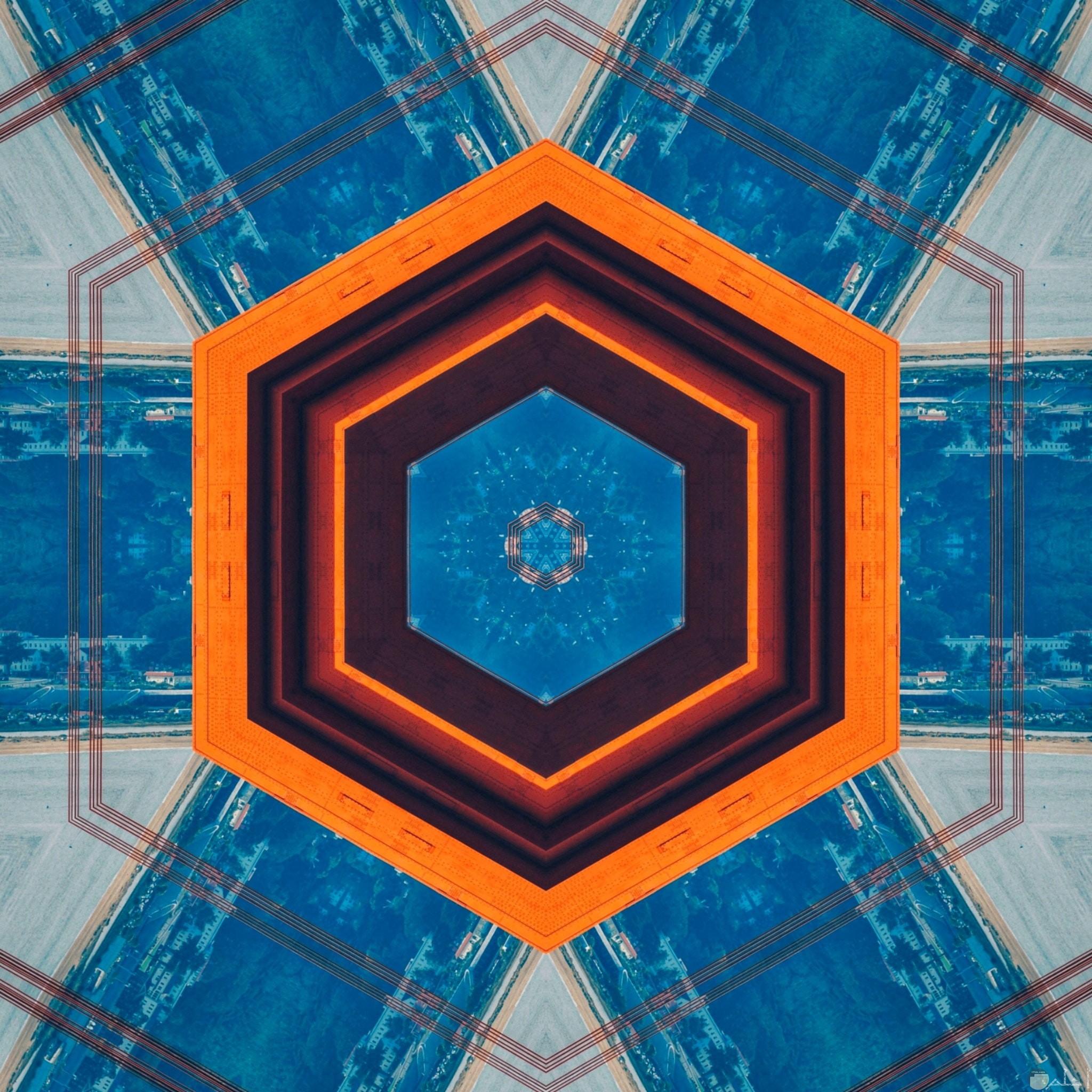 صورة غريبة وجميلة لتصميم أرضية وفي الوسط دائرة بالأزرق حولها دوائر بالبرتقالي والأحمر