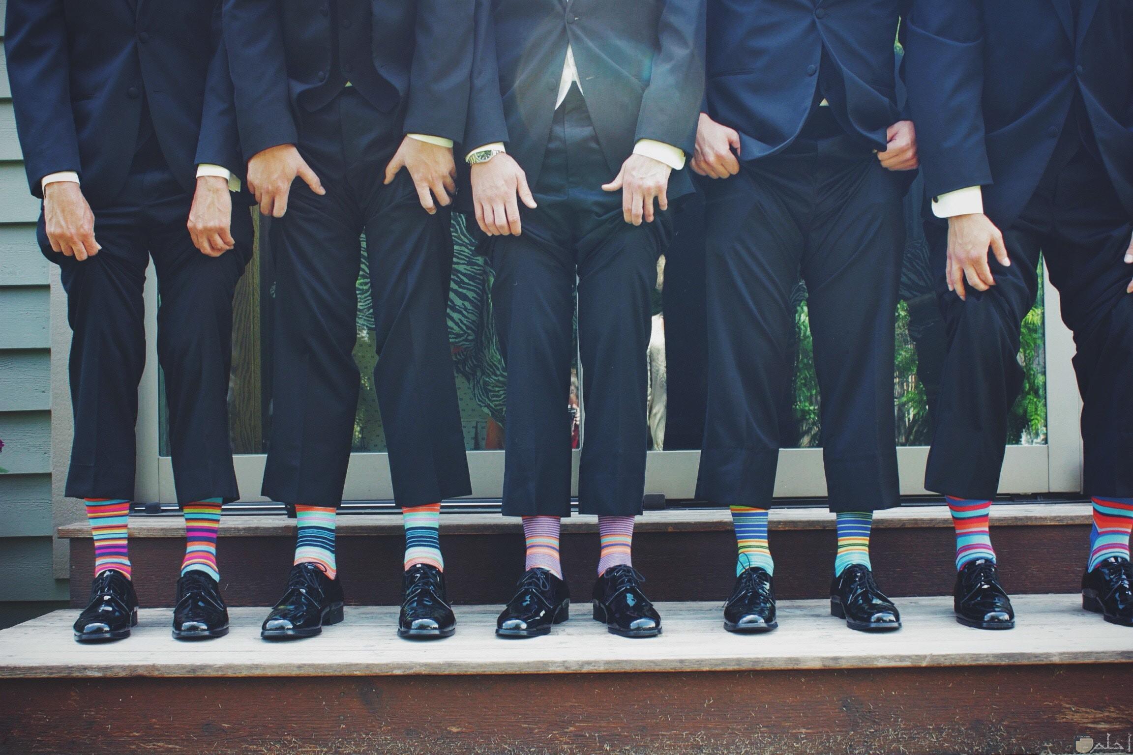 صورة غريبة ومضحكة لمجموعة من الرجال يرتدون شرابات ملونة