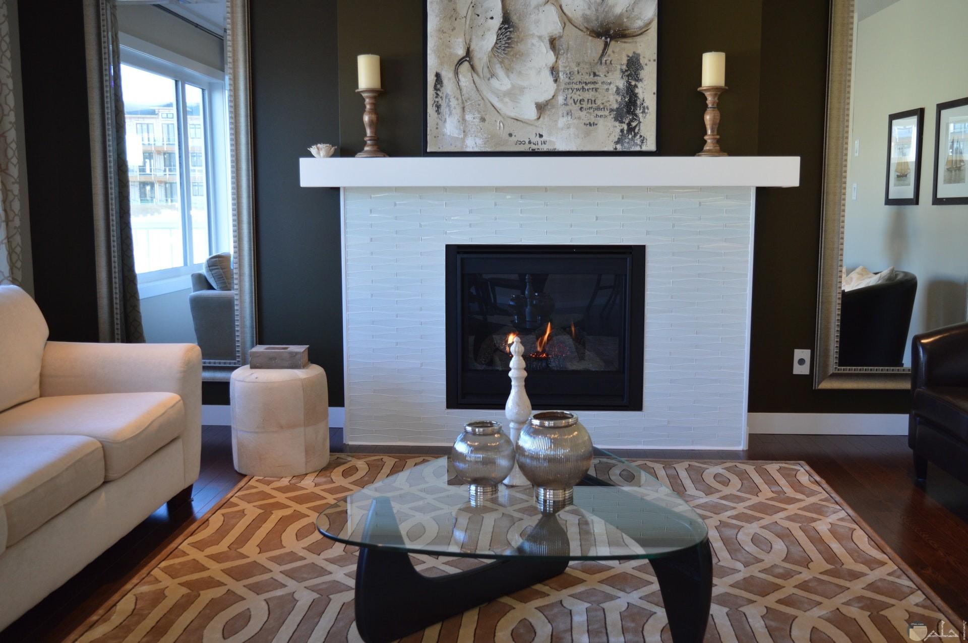 صورة لديكور جميل هادئ وركنة باللون الأبيض وطاولة زجاجية مع لوحة جميلة ولون جدار فخم