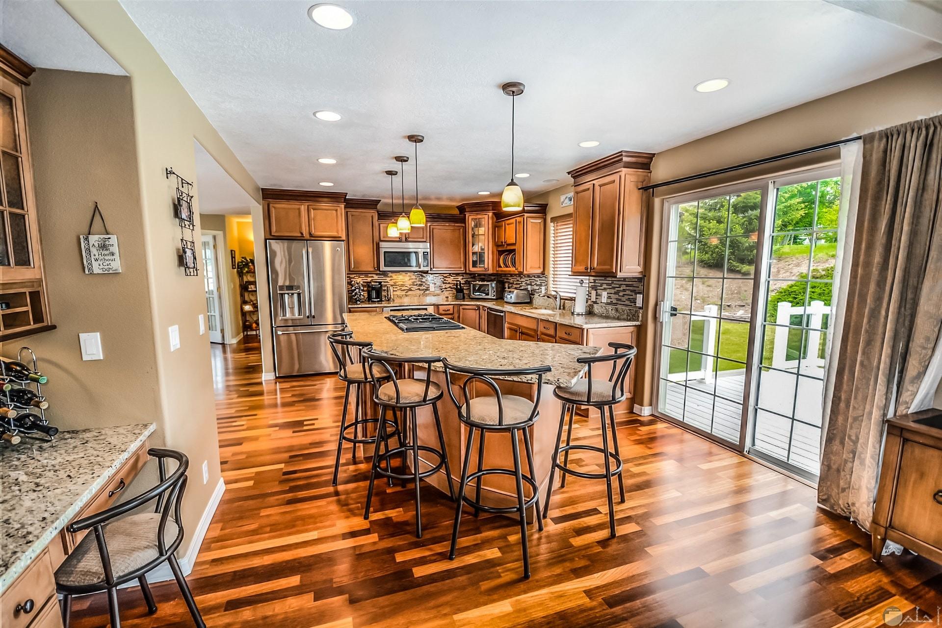 صورة لديكور مطبخ مع أرضية مميزة متناسقة الألوان مع قطع المطبخ مع إضاءة جميلة