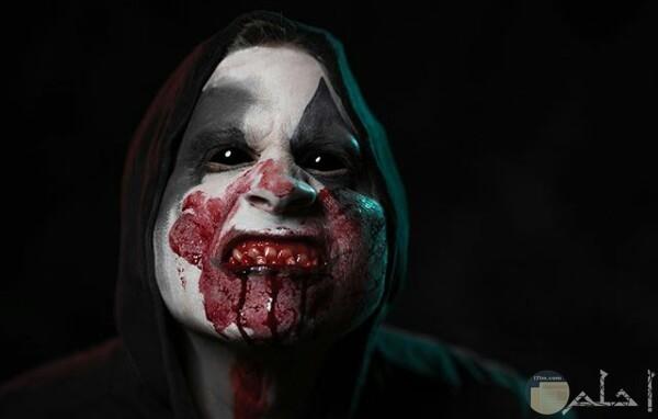 صورة مخيفة جدا لرجل فمه يملئه الدم ووجه مرعب