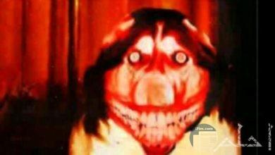صورة مخيفة جدا لشخص بوجه وأسنان مرعبة وخلفه ستارة