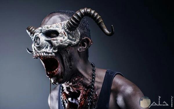 صورة مخيفة لرجل مرعب يرتدي جمجمة حيوان ويصرخ